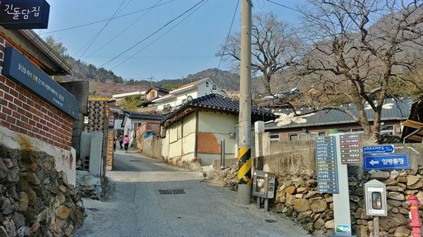 다랭이마을 담벼락에 그려진 벽화와 마을 곳곳의 특색 있는 가게들이 시선을 붙든다.