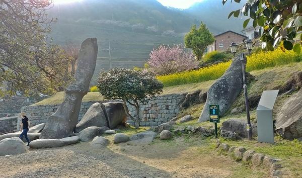 마을에는 성기바위가 있다. 이곳 사람들은 이 바위를 미륵바위라 부른다.