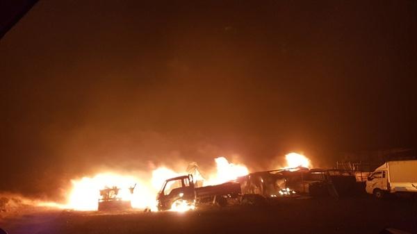 불타는 자동차와 농기구 고성군 토성면 용촌천 인근의 농가