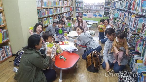 인천시 중앙도서관은 북스타트 후속 프로그램의 하나로 일주일에 한 번 엄마와 아이가 함께 참여하는 책놀이 프로그램 '꼬물꼬물 책놀이'는 18~26개월 유아, '오감만족 책놀이'는 27~35개월 유아를 대상으로 진행한다.