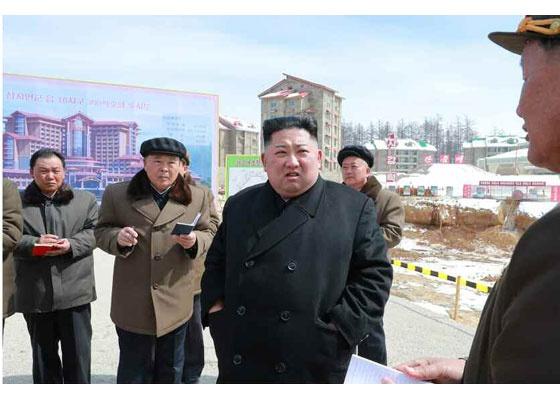 김정은  북의 관영매체 <로동신문>은 4일 김 위원장이 삼지연을 현지지도 했다고 보도했다.