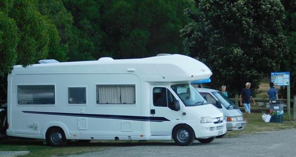 뉴질랜드에서 흔히 볼 수 있는 캠핑카. 뉴질랜드에 관광객이 많다는 것을 쉽게 짐작할 수 있다.