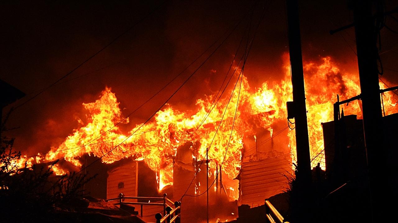 불당골 민가 화재 고성에서 4일 오후 7시 17분 발생한 산불이 속초 시 동명동까지 번졌다. 동명동 불당골 이 민가는 최초 발화지점으로 알려진 원암리 국도변에서 직선거리로 7.5km 떨어진 곳이다.