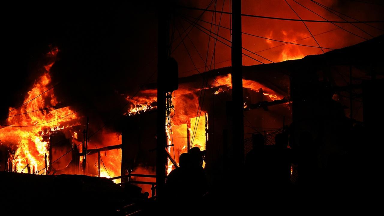 불당골 민가 화재 불길에 휩싸인 민가는 채 20분도 안 걸려 지붕이 내려앉았다.