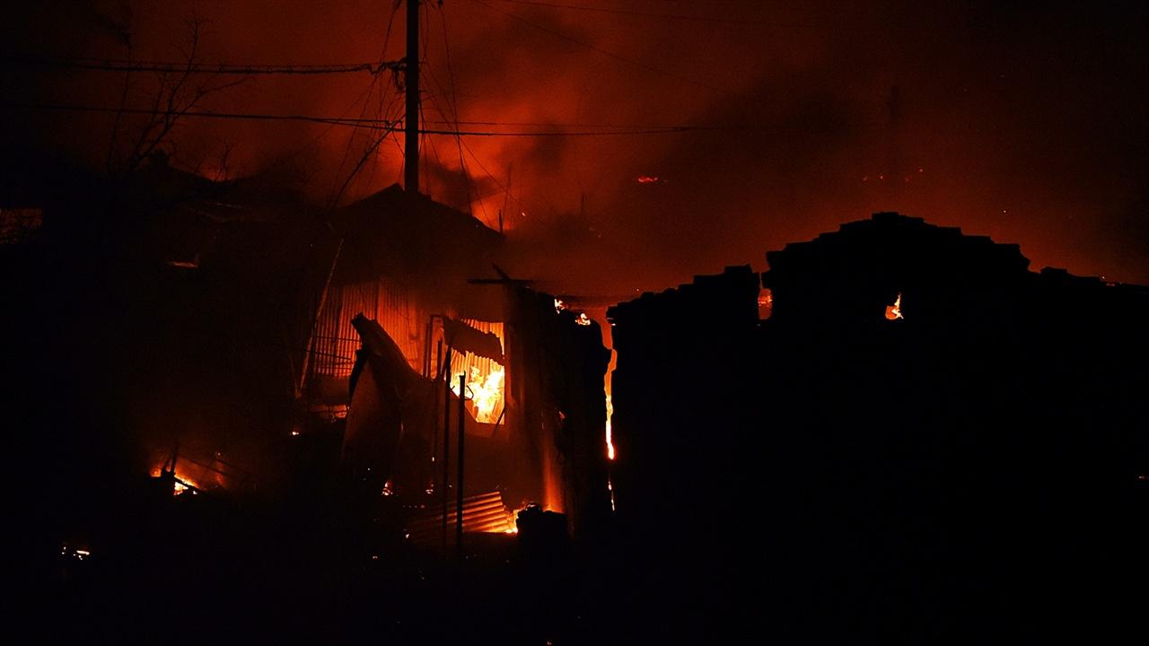 불타는 영랑호반길 민가 이미 불길이 휩쓸고 지나간 민가는 전쟁터 중심이 선 착각이 들었다.