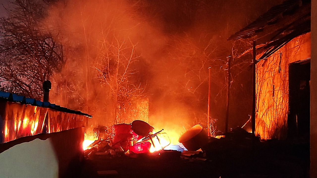불타는 영랑호반길 민가 불길에 휩싸인 민가엔 누군가 챙기다 만 가재도구와 살림살이가 속수무책으로 타고 있었다.
