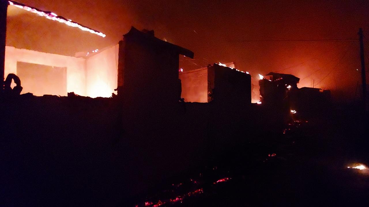 불타는 영랑호반길 민가 지붕이 내려앉은 벽체만 남은 민가엔 지붕을 지지하던 도리목과 문기둥이 여전히 불타고 있다. 바닥엔 처마가 탄 숯불이 쏟아졌다.