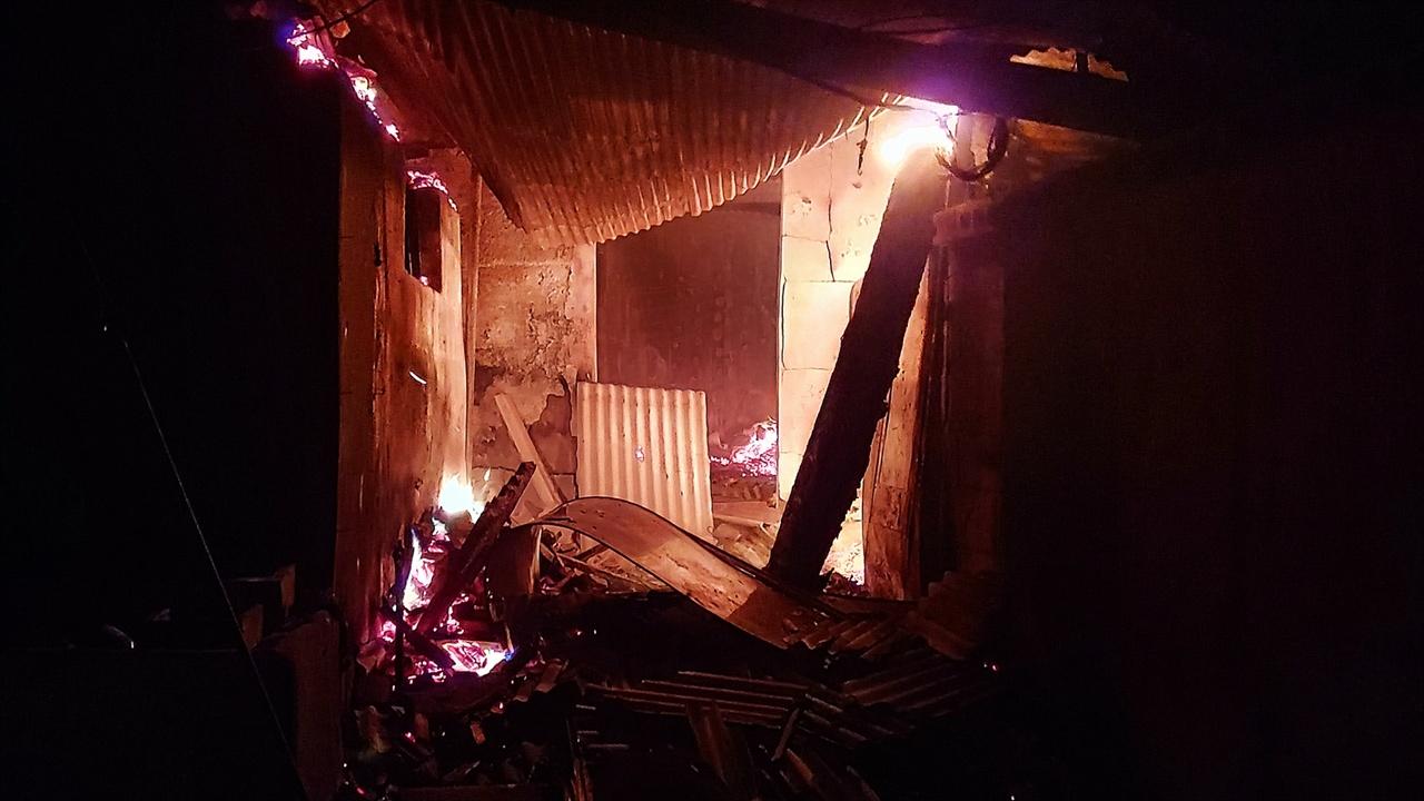 불타는 영랑호반길 민가 서까래가 내려앉은 대문 안쪽엔 함석지붕이 위태롭다. 바닥에 서까래가 주저앉아 뜨거운 화염을 뿜었다.