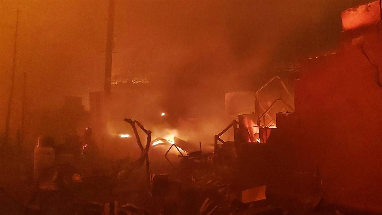 불타는 영랑호반길 민가 나무로 만든 건 무엇이든 태운다. 그리고 냉장고와 세탁기 등 불에 타는 건 뭐든 태우고 뼈대만 남긴다.