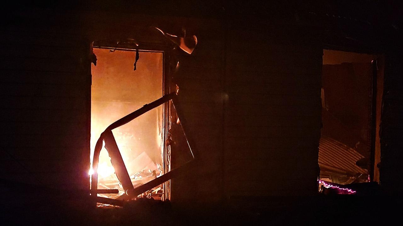 불타는 민가의 방안 문의 뼈대가 휘어질 정도로 화염은 강했다. 실내에서 TV로 보이는 무언가가 화염을 뿜어내 접근하기 어렵다.