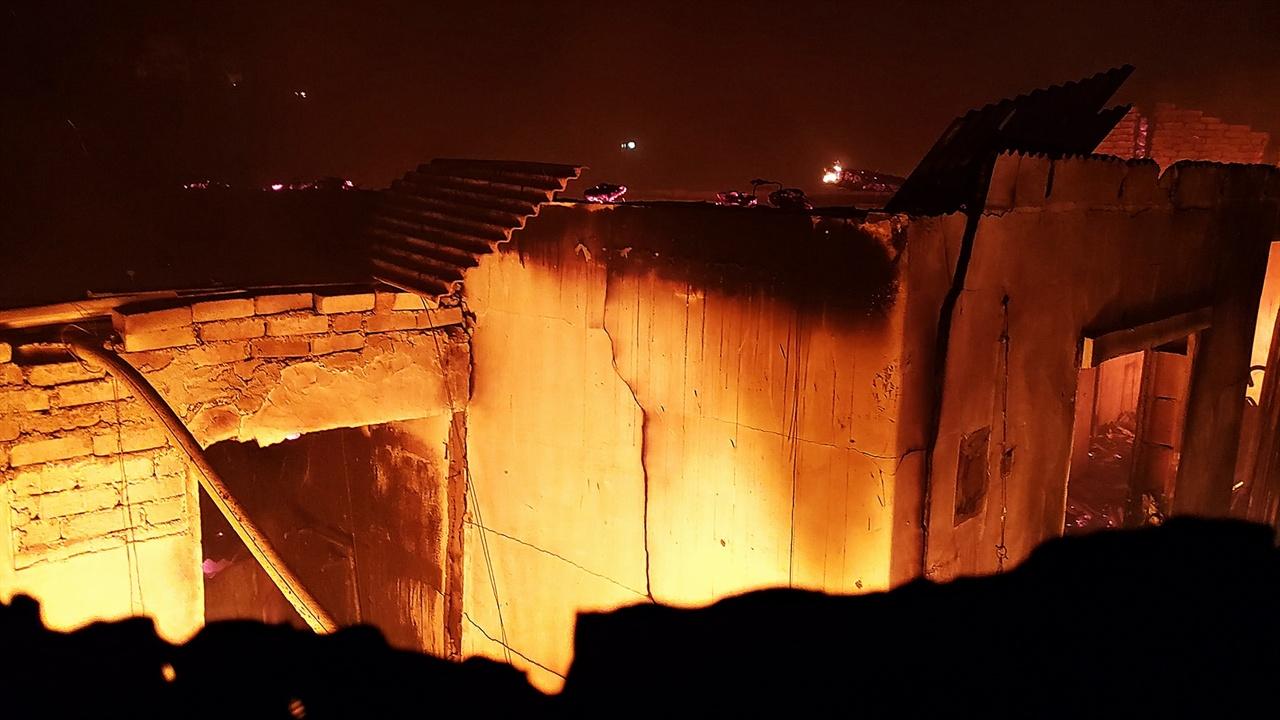 지붕이 내려앉은 민가 지붕이 내려앉은 민가의 방안에서는 여전히 일상을 함께한 가재도구와 옷가지 등이 타고 있다.