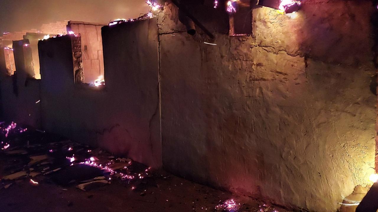 불타는 골목 화재현장에서 빠져나오는 길은 이미 달아오른 피부가 벗겨질 것 같은 공포감이 들었다. 벽과 바닥 모두 엄청난 열기를 뿜어낸다.