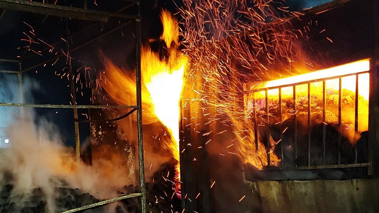 불타는 창고 컨테이너를 창고로 사용했었던 모양인데 철판 안쪽으로 불길이 들어가 창고 안에 쌓아둔 연탄이 엄청난 열기를 뿜어내며 탔다.