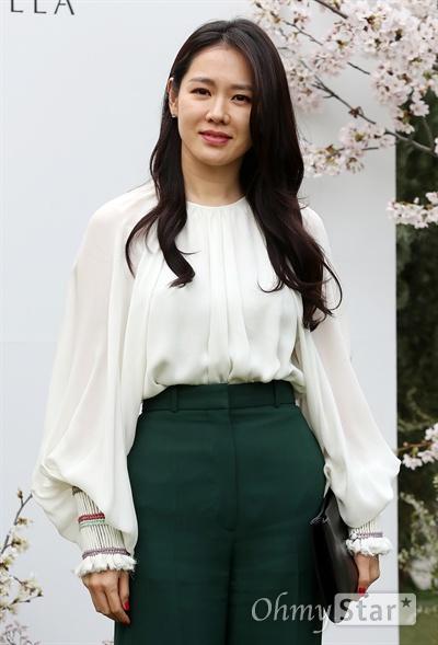 손예진, 이정현 결혼 축하해요! 배우 손예진이 7일 오후 서울 장충동 신라호텔에서 열린 배우 이정현 결혼식에 참석,  축하인사를 하고 있다.