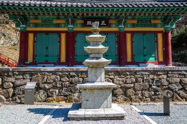 오백전 앞 3층 석탑이 증심사의 창건 역사를 대변하고 있다. 광주광역시 유형문화재 제1호