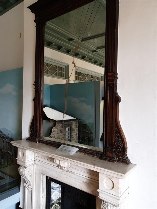 과거 목포일본영사관에서 사용했던 벽난로와 거울, 천장장식 등이 그대로 보존되어있는 목포근대역사관 1관