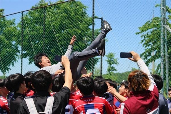 율면FC는 지난해 리그 우승을 거두며 공부와 운동 병행에 성공적인 모습을 보여줬다. 율면FC는 지난해 리그 우승을 거두며 공부와 운동 병행에 성공적인 모습을 보여줬다.