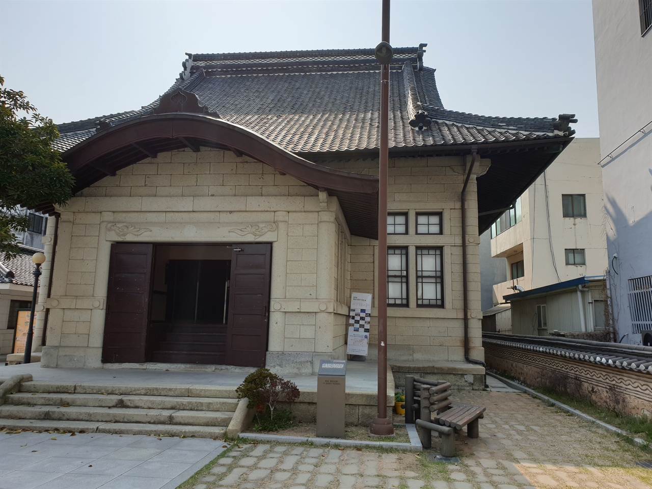 과거 일본불교 사찰이었던 곳을 교회로 사용했고, 지금은 전시공간으로 활용중인 이색적인 모습의 오거리문화센터