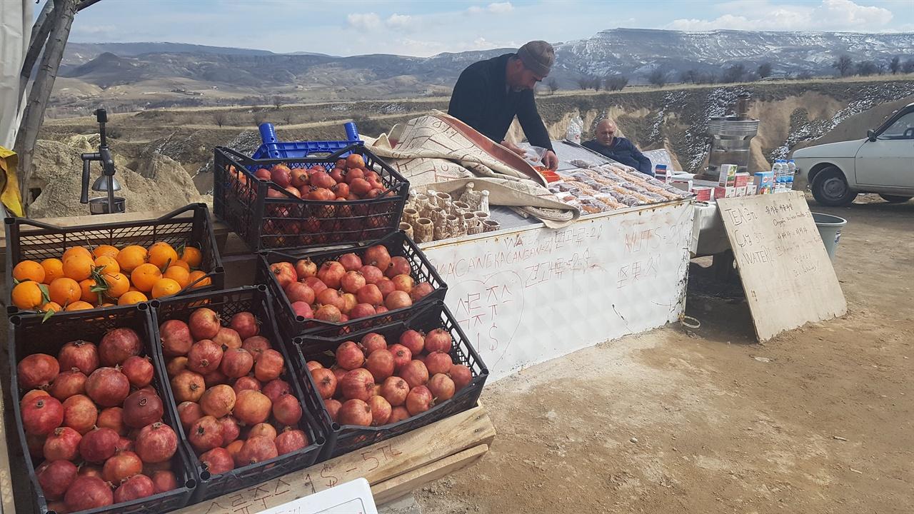터키 여행하면서 사람들이 많이 모이는 곳에는 석류주스를 파는 노점상들이 많았습니다. 가파토키아 관광지에서 한글로 안내문을 써 장사하는 터키 아저씨의 모습이 인상적이었습니다.