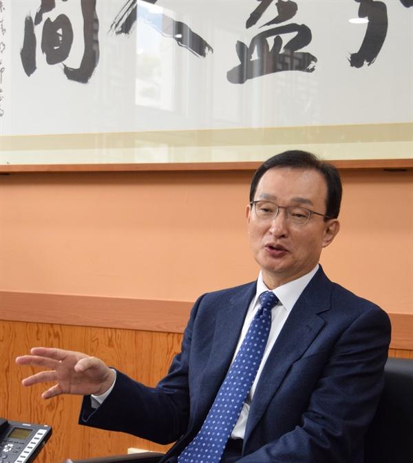 <오마이뉴스>는 탈권위적인 행보로 대학과 지역사회에 신선한 충격을 주고 있는 국립목포대학교 박민서 총장을 인터뷰했다. 박 총장은 두 차례의 선거 끝에 1년여 동안 공백이었던 목포대학교 총장에 지난해 12월 취임했다.