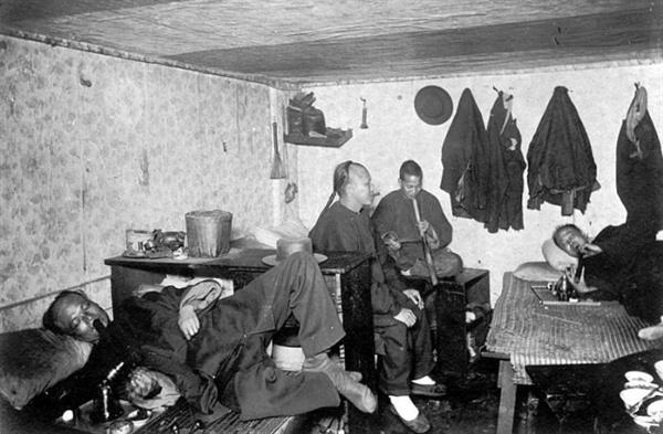 아편에 중독된 1890년대 청나라 사람들. 아편 흡입 장소인 아편굴의 모습.