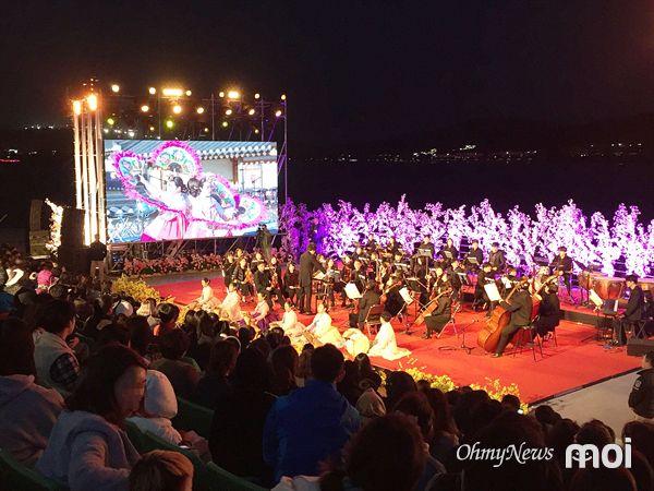 경주 벚꽃축제기간인 지난 5일 보문수상공연장에서 열린 벚꽃음악회 모습
