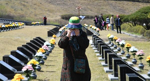 4월 8일 오전 거창군 신원면 소재 거창학살사건 추모공원을 찾은 한 유족이 눈물을 훔치고 있다.
