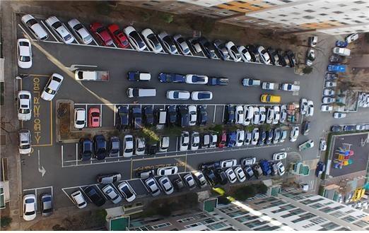 가락타운 3단지 주차난 실태 주차난으로 소방차 전용도로에도 주차를 하는 상황