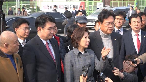 자유한국당 나경원 원내대표와 정진석 의원이 공주보를 찾아 4대강 보 처리방안을 반대했다.