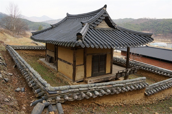 함취정(咸聚亭)   산 중턱에 있는 함취정은 찾는 이 드물다. 여기서 어슬렁거렸으니 마을할아버지에게 오해를 살만했다.