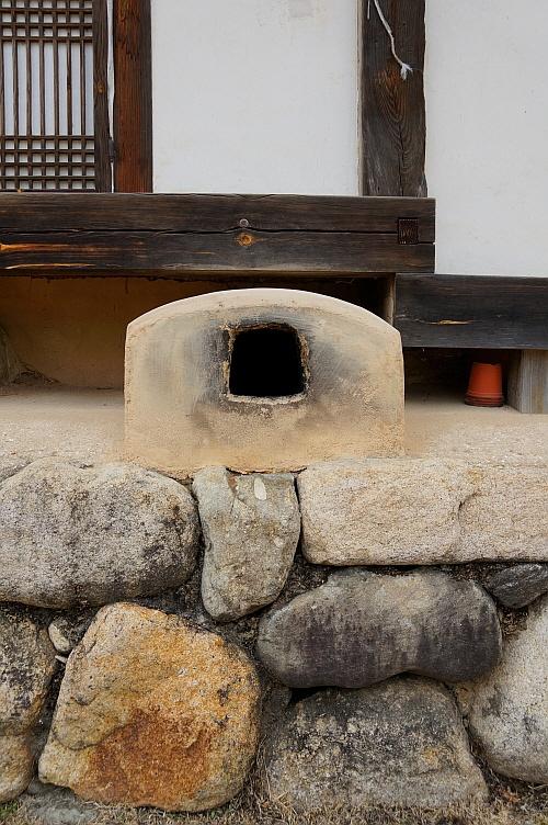연곡고택 굴뚝  연곡은 금당실마을 박손경의 문인으로 행실이 발라 존경을 받은 인물로 알려져 있다. 연곡의 깔끔한 성품인지 고택은 정갈하기만 하다. 굴뚝은 마루 밑에 허세 부리지 않고 겸손하게 숨어 있다.