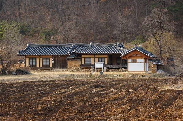 미산고택  큰맛질마을 중심에서 약간 벗어나 있는 외딴집이다. 허세라고는 찾아볼 수 없는 작고 아담한 집이다.