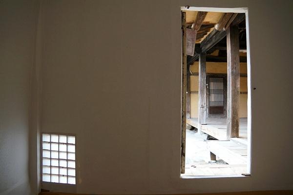 눈꼽재기창과 안채 방문   이집은 창과 문을 크게 하여 과시하지 않았다. 창은 눈곱만하게, 문은 사람하나 겨우 드나들 정도 크기로 절제하였다.