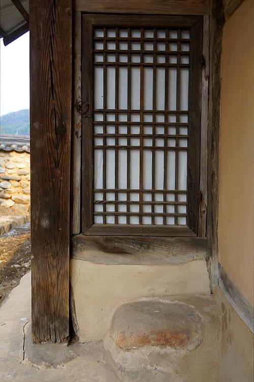 사랑채 문과 섬돌  이 집의 사랑채 문과 섬돌은 겸양의 미를 가르친다.