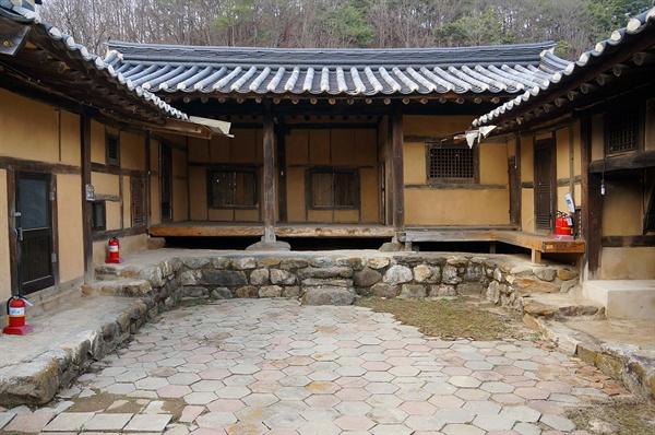 미산고택 안채   낮은 지붕, 좁은 안마당, 작은 문, 조그만 창, 모나지 않은 둥근 돌계단의 안채를 보고 있으면 살뜰한 안주인이 그려진다.