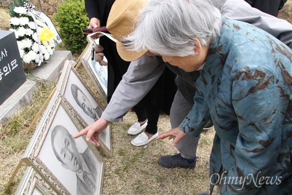 9일 대구 현대공원묘역에서 열린 '4.9인혁열사 추모제'에서 고 도예종 열사의 부인 신동숙씨가 넘편의 초상화를 바라보고 있다.