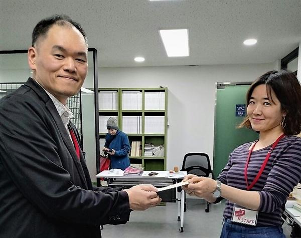 사진 우측부터 <구리시 역사 동아리> 미야우치 아키오 대표,<미래파> 오카모토 공동대표