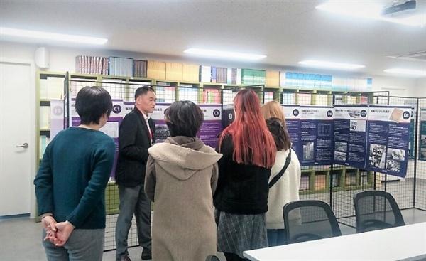참여자에게 패널 내용을 설명하는 오카모토 공동대표