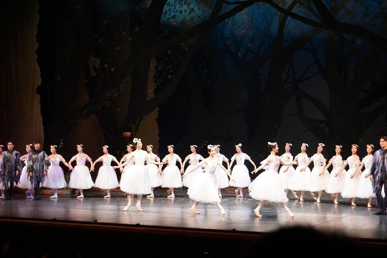 <라 실피드>의 발레리나들 <라 실피드>는 <백조의 호수>처럼 발레리나들의 군무가 일품이다.