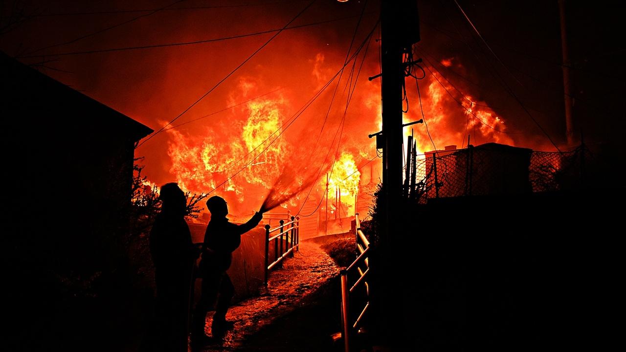 불길 차단하는 속초문화회관 직원들 한 채라도 더 불로부터 보호하려고 속초문화회관 직원들이 소방호스를 연결해와 사력을 다해 불길을 차단하기 위해 뜨거운 화염 앞에 맞서고 있다.