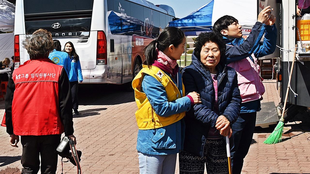 자원봉사 거동이 불편한 노인을 부축해 식사를 할 수 있게 안내하는 자원봉사자는 끝까지 미소를 잃지 않았다.