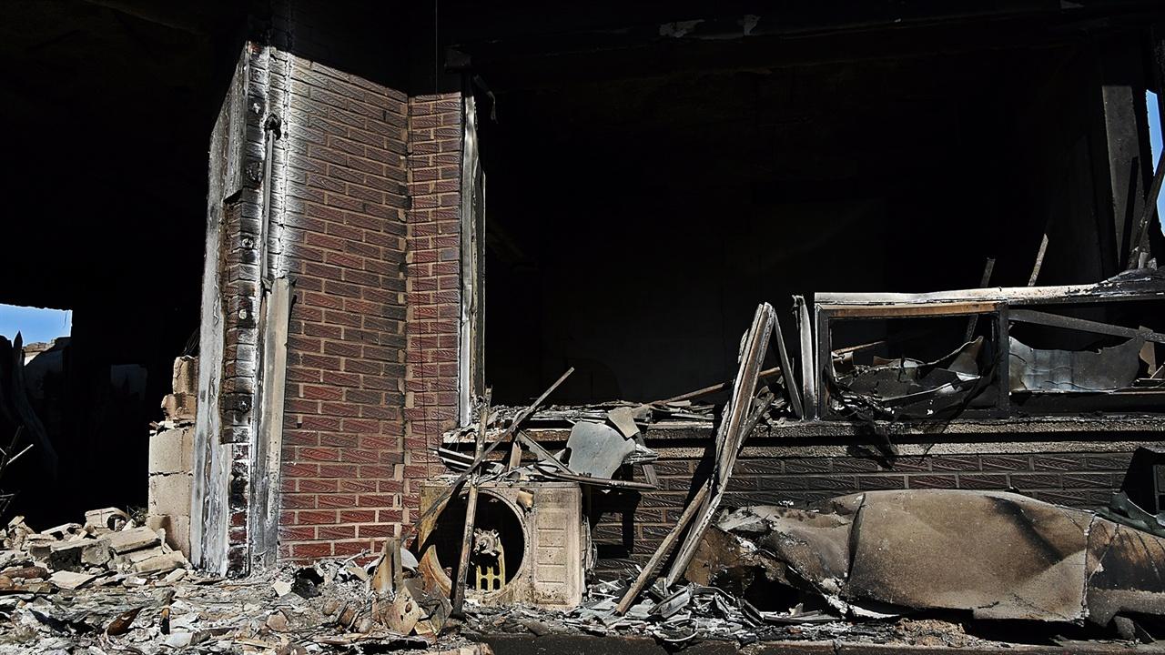 현관으로 오르는 계단 오른쪽 에어컨 실외기와 창문 모두 불에 탔다.