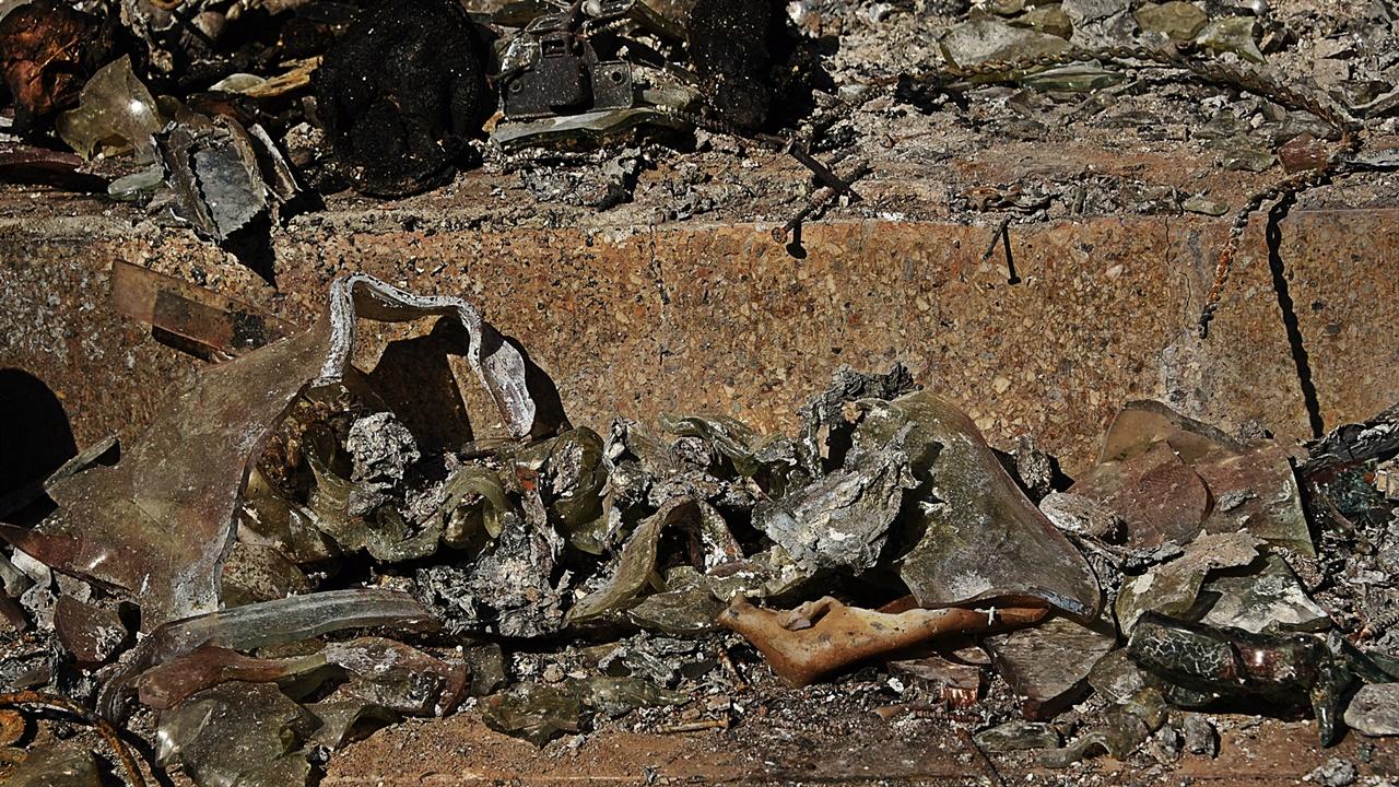 계단참엔 현관문이 불타며 깨지다 못해 녹은 유리가 쏟아져 있다.