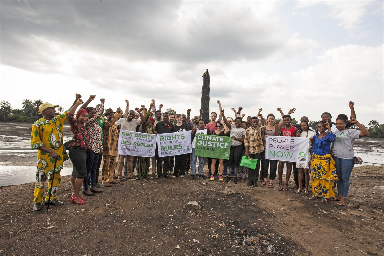 국제환경단체 지구의 벗(Friends of the Earth International) 활동가들이 초국적 석유기업 쉘에 기후변화에 대한 법적 책임을 요구하고 있다.
