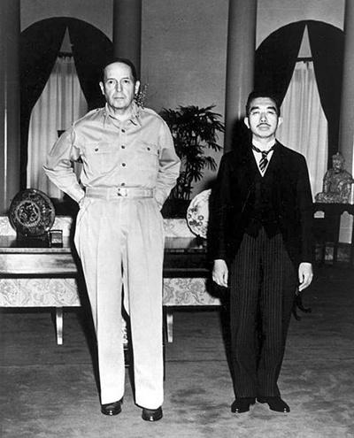 맥아더 장군과 히로히토 일왕의 기념사진.