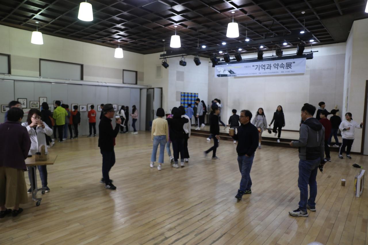 목포 오거리문화센터에서는 지난 8일부터 전시회 '기억과 약속展'이 열리고 있다. 전시회에는 유가족과 목포·전남지역 예술인들의 압화 그림, 도자기 40여점이 전시중이다. 민족미술협의회 목포지부, 한국미술협회 전남지부 등 목포와 전남지역 예술인들이 참여했다. 전시회는 17일까지 열린다.