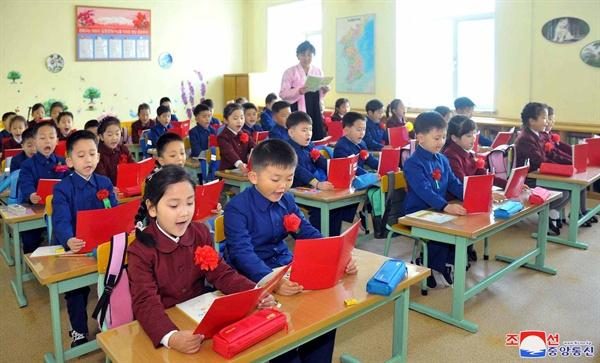 북한 각 학교에서 열린 개학식 북한 조선중앙통신은 1일 새 학년을 맞아 전국 각 학교에서 개학식이 열렸다고 보도했다.
