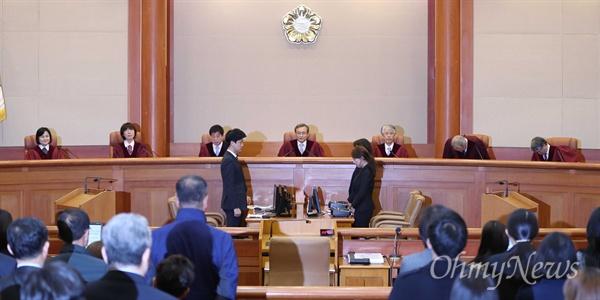 헌법재판소 유남석 소장과 재판관들이 11일 오후 낙태죄 위헌여부 선고를 위해 서울 재동 헌법재판소 대심판정에 입장하고 있다.