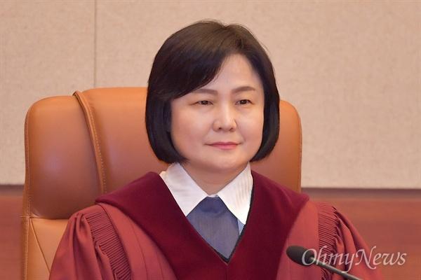이은애 헌법재판관이 11일 오후 낙태죄 위헌여부 선고를 위해 서울 종로구 헌법재판소 심판정에 입정해 있다.