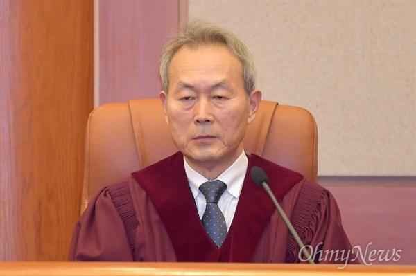 이석태 헌법재판관이 11일 오후 낙태죄 위헌여부 선고를 위해 서울 종로구 헌법재판소 심판정에 입정해 있다.